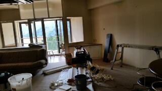 湯沢町のマンションのクロス工事真っ最中です。